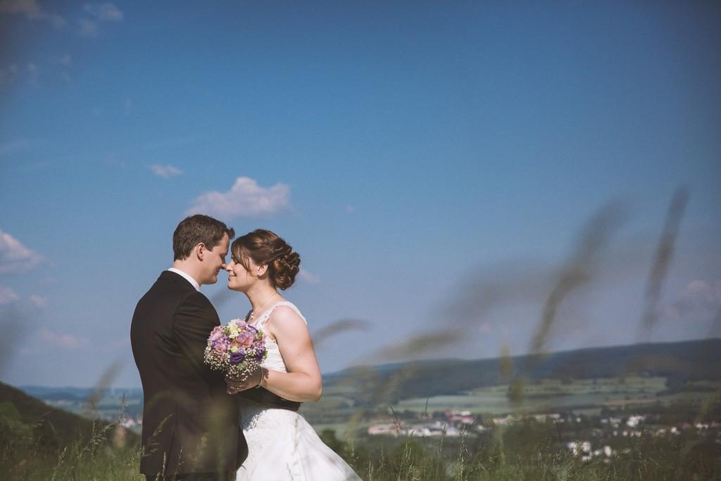 Brautpaar bei Sommerhochzeit auf der Tonenburg
