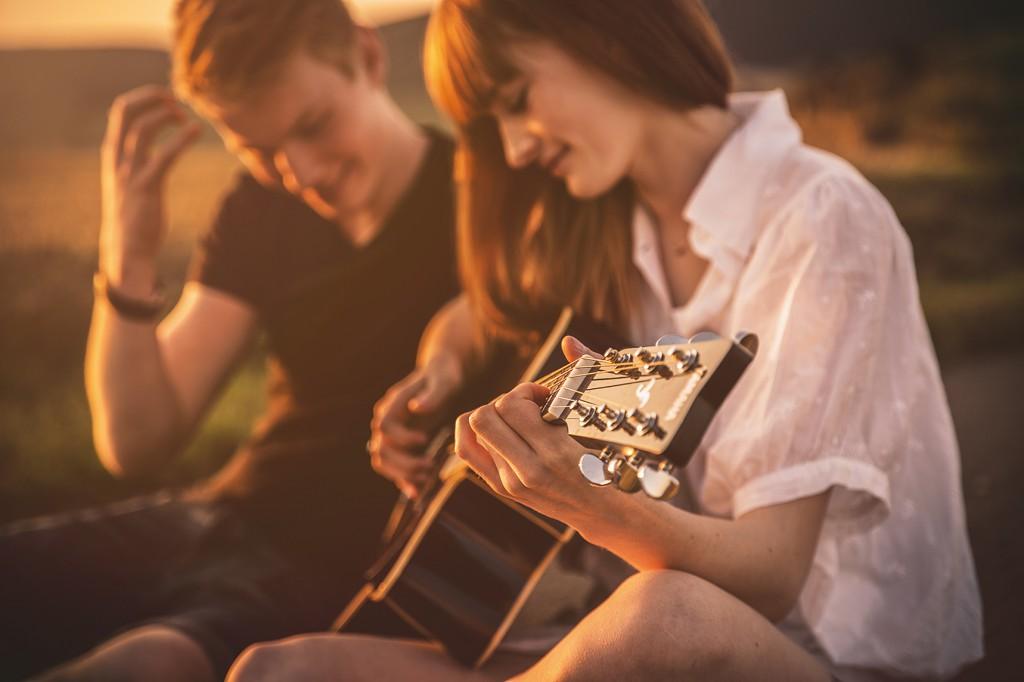 Paar mit Gitarre