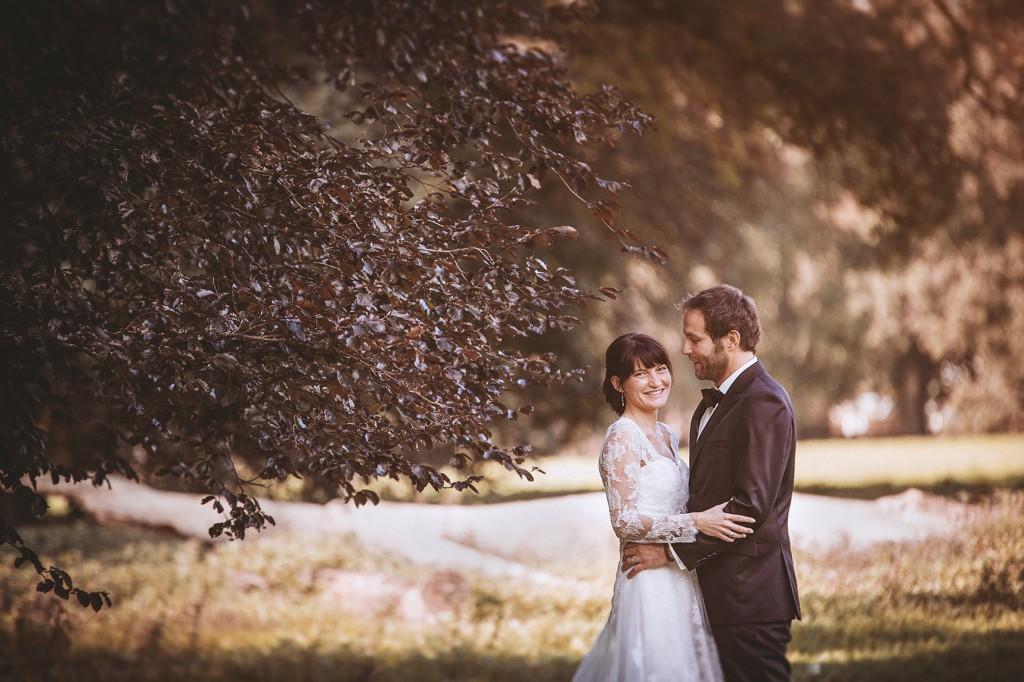 Hochzeitspaar unter einem Baum