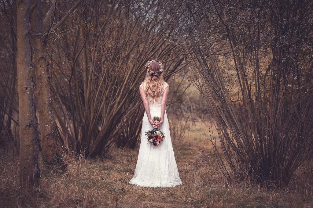 elfenhaftes Brautkleid aus Spitze Braut mit Blumenkranz und Brautstrauß in Höxter