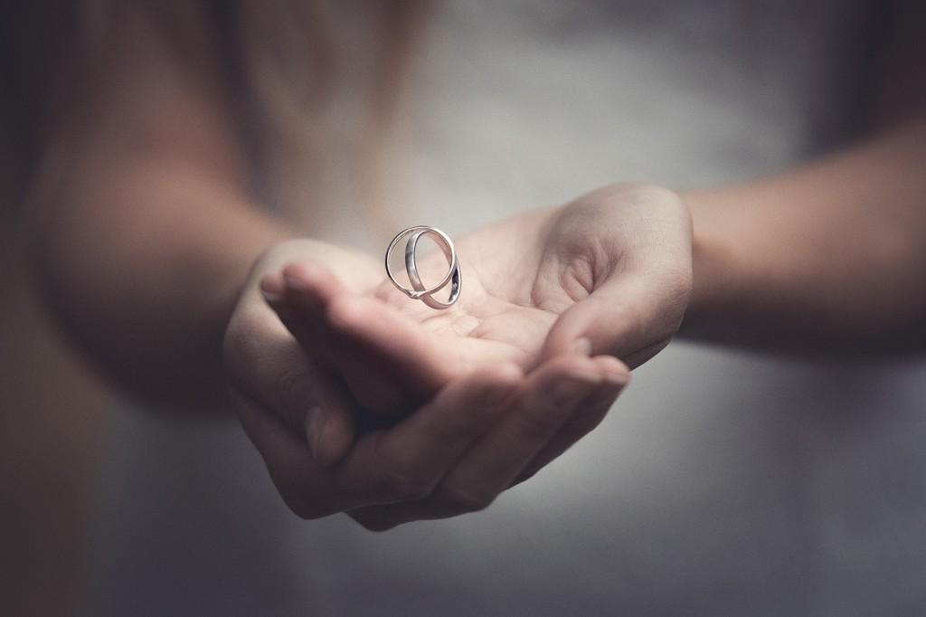 fliegende Trauringe in der Hand der Braut