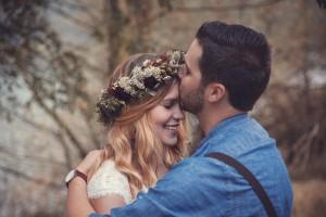 Bräutigam küsst seine Braut auf die Stirn am godelheimer See