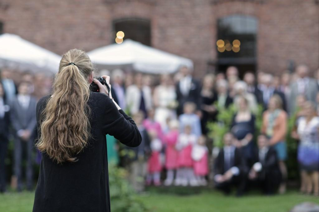 Hochzeitsfotograf beim Gruppenfoto auf der Tonenburg in Höxter
