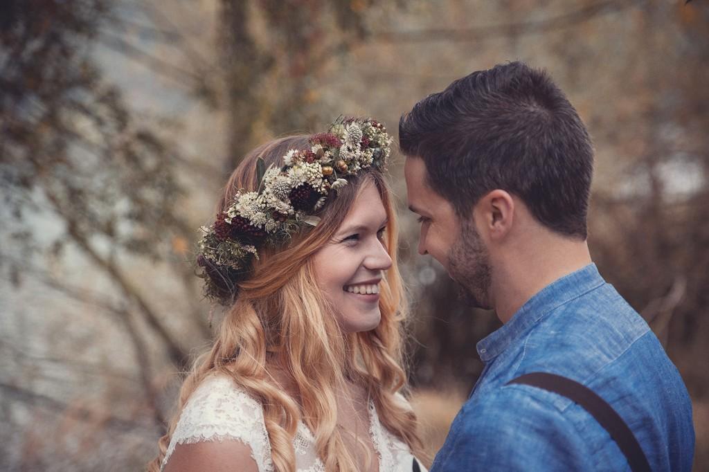 Brautpaar schut sich verliebt an am godelheimer see