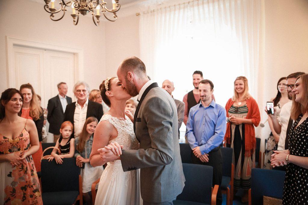 küssendes Brautpaar in der Hochzeitsville Steglitz Zehlendorf in Berlin