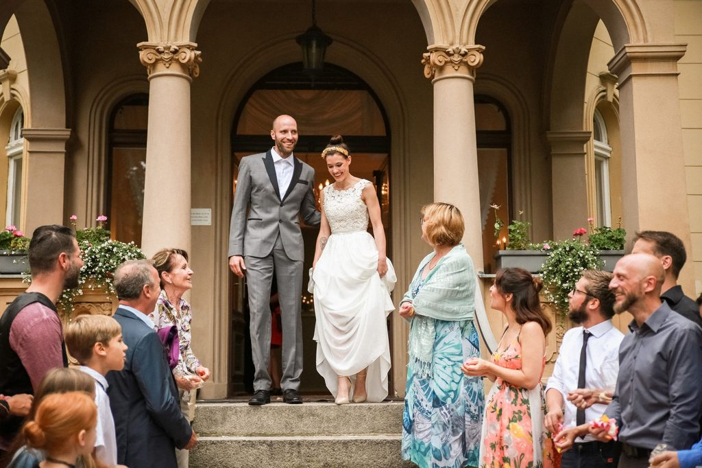 Brautpaar auf der Treppe der Hochzeitsvilla in Berlin
