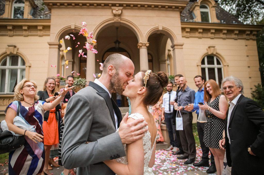 küssendes Brautpaar vor der Hochzeitsvilla steglitz in Berlin