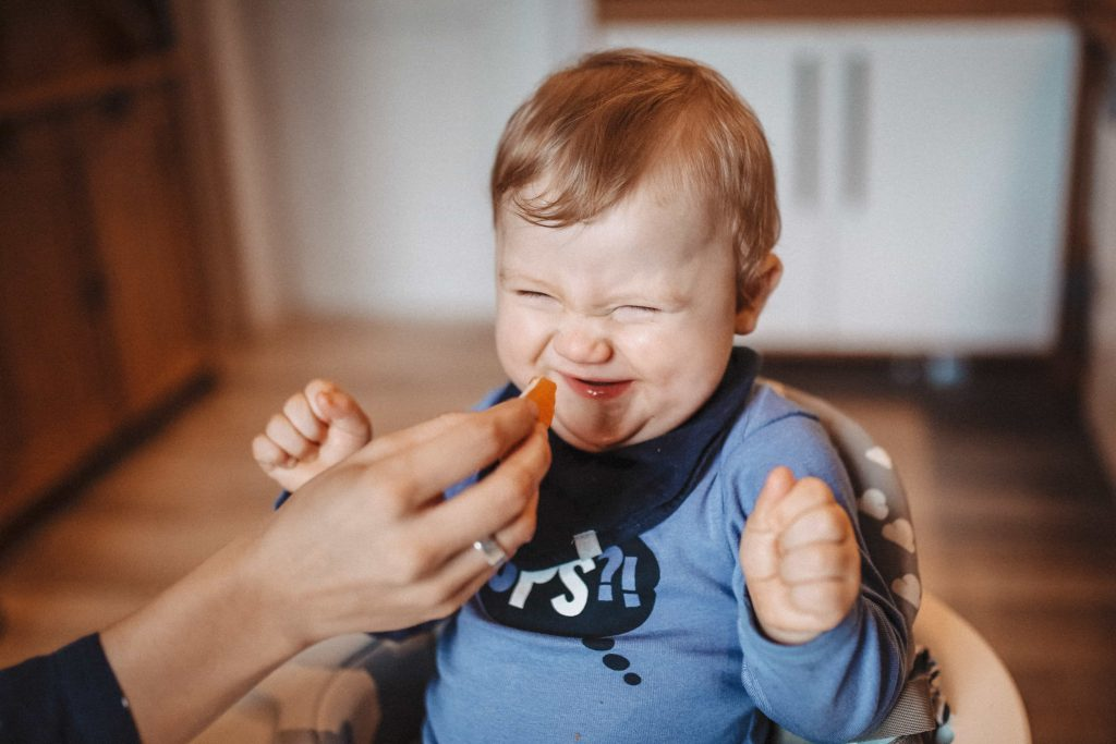 Baby isst etwas Saures