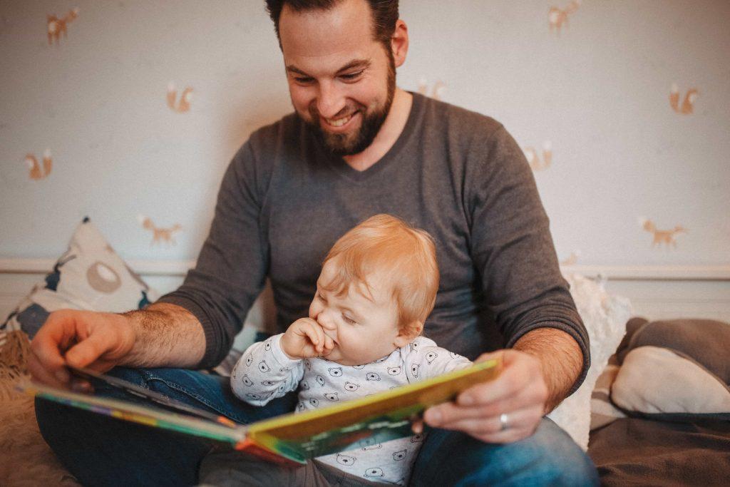 Baby und Papa lesen