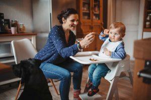 Baby beim Essen natürliche Babyfotos
