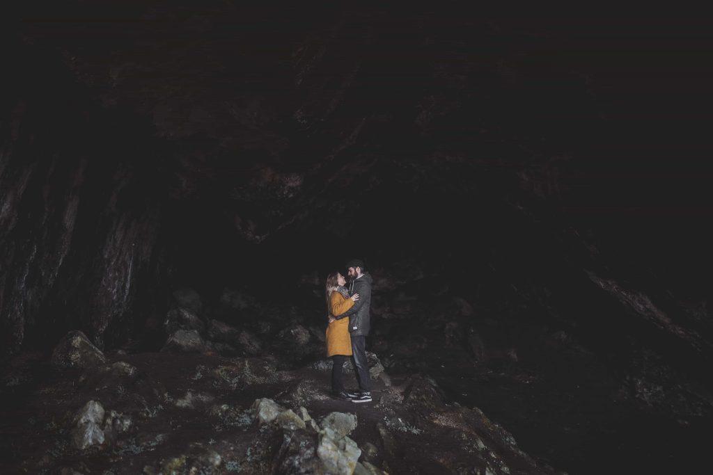 Paar in großer Höhle bei Paderborn