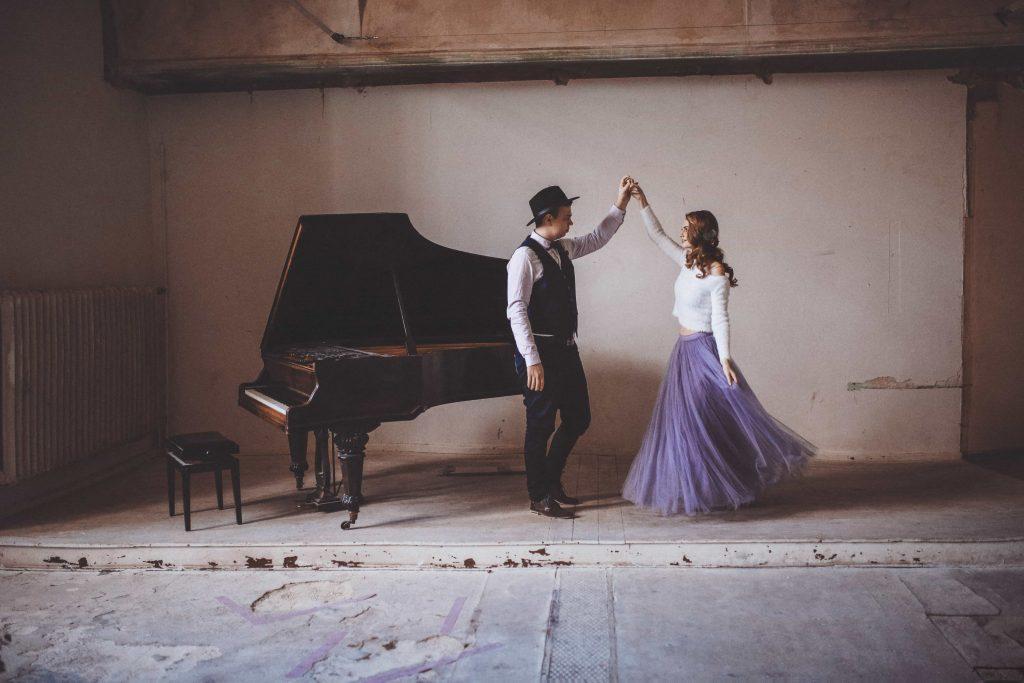 Paar tanzt in Berlin