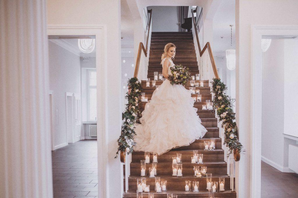 Braut auf Treppe im Schloss Ovelgönne
