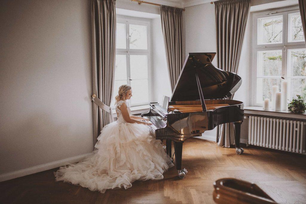 Braut am Klavier im Schloss Ovelgönne
