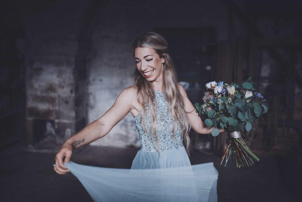 lachende Braut in Blau